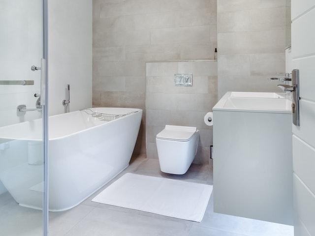 Stilrent badrum i vitt